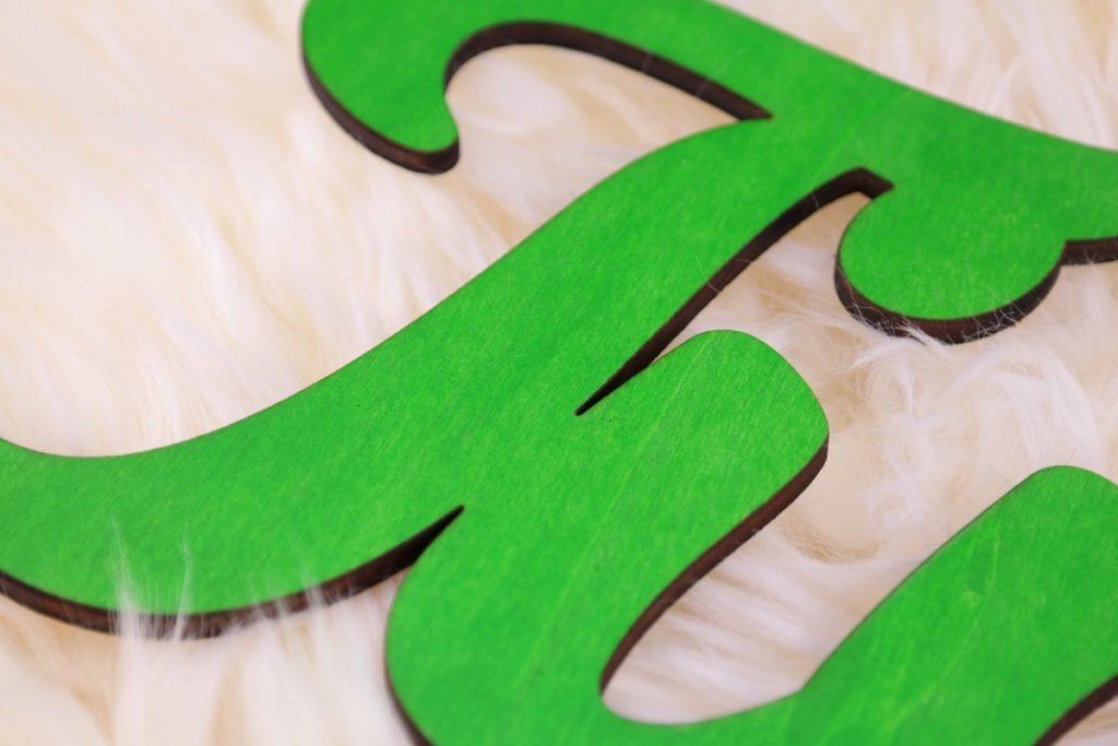 Dekoration Individueller Schriftzug aus Holz Grün