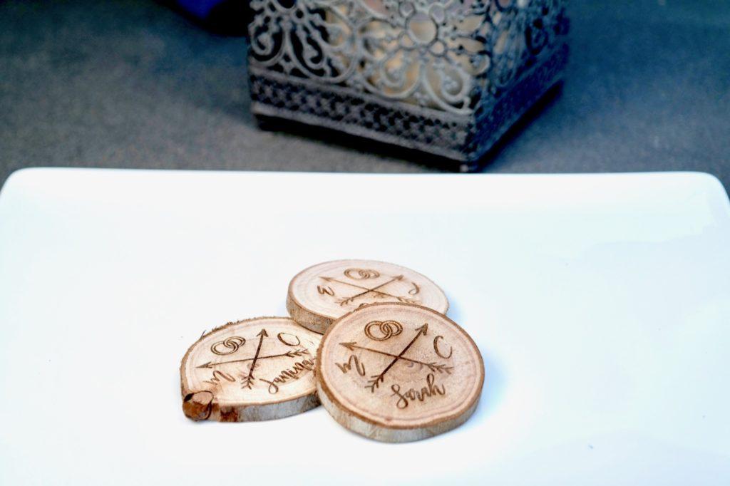 Tischkarten / Platzkarten für Geburtstage, Hochzeiten, Konfirmation & mehr 5 edle Baumscheiben mit Gravur als Tischkarten Platzkarten Namensschilder