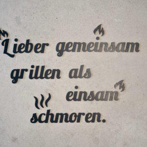 """Bestseller Schriftzug """"Lieber gemeinsam grillen als einsam schmoren."""" aus Holz zum Aufkleben"""