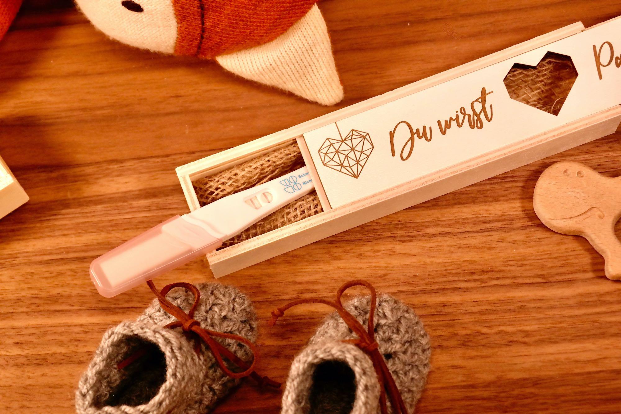 Schwangerschaft verkünden mit Kiste aus Holz