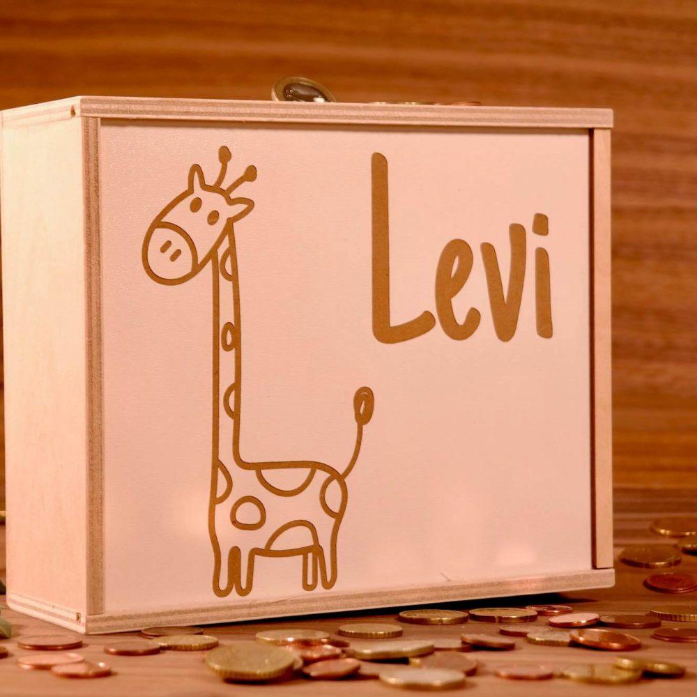 Spardose Kinder mit Namen Bestelle unsere beliebte Lieblingskiste als edle Spardose mit deinem Wunschnamen. Die Kiste wird aus Holz gefertigt und anschließend der Deckel nach deinen Wünschen graviert